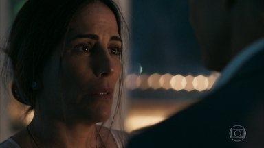 Elizabeth repreende Renan por tê-la beijado - Ela afirma que não quer misturar assuntos profissionais com vida pessoal. Natanael percebe que a nora voltou tarde para casa