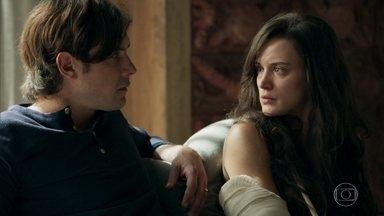 Gael se incomoda quando Sophia oferece seu motorista para Clara - Casal inventa uma desculpa para justificar os ferimentos de Clara, mas Lívia não se convence. Clara decide visitar Josafá