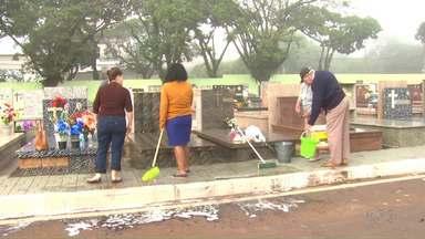 Prazo para limpeza de túmulos do cemitério de Maringá termina hoje - Cerca de 150 mil pessoas são esperadas para o feriado prolongado no Cemitério Municipal de Maringá.