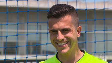 'MilaGrohe': goleiro fala sobre defesas na carreira e sentimento de ser gremista - Jogador do Grêmio assiste sua defesa contra Barcelona do Equador, pela Libertadores.