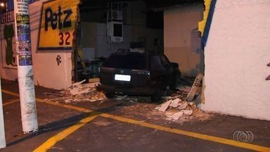 Motorista perde o controle do veículo e invade muro de imóvel em Goiânia - Acidente ocorreu no Setor Santo Antônio.