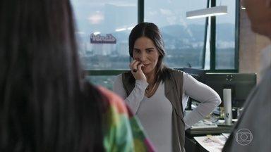Elizabeth se emociona ao saber que seus vestidos serão produzidos - Renan aparece na empresa no momento em que ela faz ajustes em uma peça