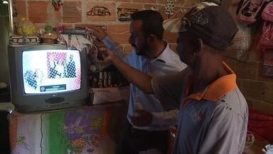 Patrulha Digital visita moradores em Ribeirão das Neves, na Grande BH - Sinal analógico de TV será desligado no dia 8 de novembro.