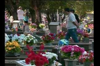 Movimentação intensa nos cemitérios neste feriado de finados - Em Santa Rosa, RS, foi dia de homenagens e orações.
