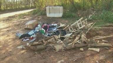 Até Quando?: Moradores reclamam de lixo e entulho em bairro de Piracicaba - Prefeitura havia prometido limpar o local.