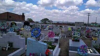 Veja movimentação do Dia de Finados em Caruaru, Garanhuns e Serra Talhada - Movimento nos cemitérios é intenso