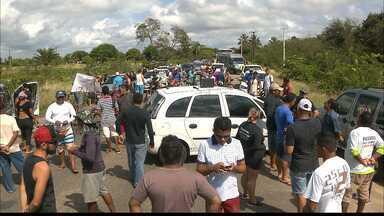 Protesto interdita acessos à Praia de Coqueirinho, litoral sul da Paraíba - A manifestação foi contra o novo esquema que limita o acesso de veículos à praia.