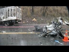 Corpos das vítimas de acidente ocorrido próximo a Timóteo são liberados do IML - Acidente ocorreu nesta quarta-feira, envolvendo carro de passeio e caminhão.
