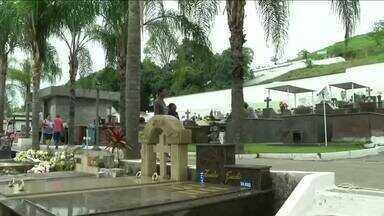 Cemitérios do Sul do Rio ficam movimentados durante o Feriado de Finados - Equipes do RJTV foram conferir a movimentação em quatro cidades da região.