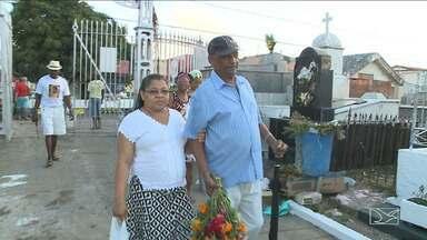 Maranhenses visitam parentes no Dia de Finados na capital - Marcados pela saudade pessoas visitam túmulos dos entes queridos no dia típico do mortos