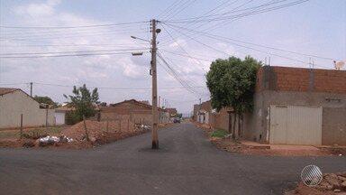 Imagem do Dia: Poste é construído no meio da rua, em Barreiras - Prefeitura afirma que já pediu para a Coelba retirar o poste.