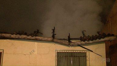 Casa pega fogo e fica completamente destruída em Foz do Iguaçu - Ninguém estava em casa quando o fogo começou.