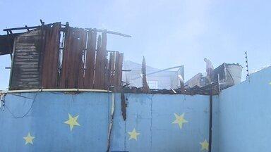 Incêndio destrói casa no centro de Porto Velho - Por pouco as chamas não atingiram os prédios ao redor.