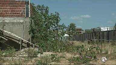 Moradores reclamam de obra abandonada de UPA em Serra Talhada - Obra deveria ter sido entregue em janeiro de 2016.