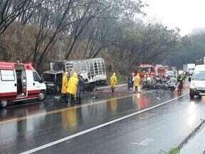 Cinco pessoas morrem carbonizadas em acidente na BR-381, em Timóteo - Carro, que pertence à prefeitura de Central de Minas (MG), pegou fogo depois de bater de frente com um caminhão; há suspeita que haja uma criança entre as vítimas.
