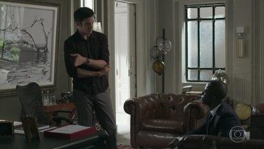 Eric pede que Sérgio o deixe a par do que acontece na empresa - Sérgio promete apoiar o amigo em relação aos documentos encontrados na sala dele. Os dois também conversam sobre os investimentos do empresário