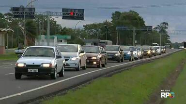 Motoristas enfrentam fila na BR 277 - Muita gente da região aproveitou para visitar a fronteira nesse feriadão.
