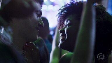 Raquel e Bruno são flagrados juntos em show - Simone e Simaria se apresentam, enquanto o casal troca beijos apaixonados e são observados por Nick e Ivanilda