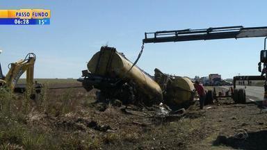 Caminhão carregado com combustível tomba na BR-290, em Alegrete - Acidente ocorreu na madrugada deste domingo (5). Dez mil litros de óleo diesel que vazaram do caminhão foram sugados do solo.
