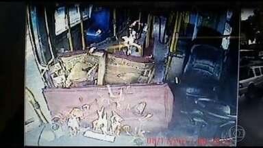 Dois ônibus são incendiados em Caxias durante operação em favela - Três suspeitos foram baleados e outros dois foram presos em uma operação das polícias Civil e Militar na Favela do Lixão, em Duque de Caxias. Dois ônibus foram incendiados na ocasião em represália à ação.