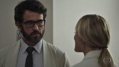 Samuel planeja dormir com Suzana - Ele toma remédio indicado pelo urologista