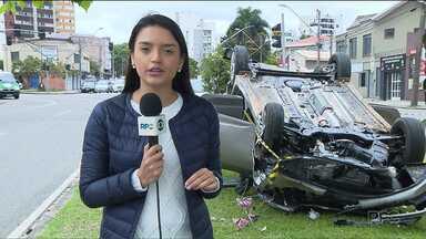 Após perseguição policial em Curitiba, acidente deixa uma mulher ferida no bairro Mercês - Um casal que estava em um carro roubado foi levado para a Delegacia de Furtos e Roubos de Veículos. O acidente aconteceu depois de uma perseguição, quando o carro capotou e acabou atingindo outros dois carros.