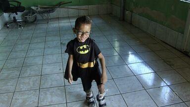 Menino de 5 anos que nasceu com microcefalia e paralisia cerebral luta por cirurgia - Ele precisa da operação para não perder o movimento das pernas.