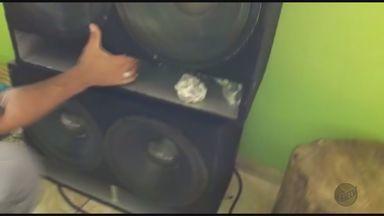 Polícia apreende 25 porções de maconha em casa no Jardim Salgado Filho - Um homem foi detido com a droga escondida dentro de caixas de som.