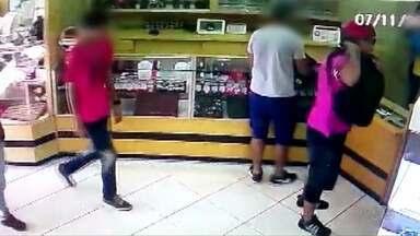 Bandidos assaltam relojoaria em Cascavel - Os bandidos levaram um celular e alguns brincos, a polícia conseguiu prendê-los horas depois.
