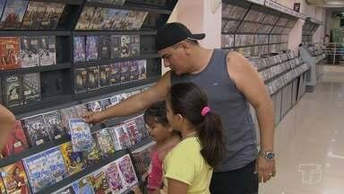 Com a internet e cinemas, locadoras de vídeo têm perdido espaço no mercado - Amantes de filmes têm acesso mais rápido aos audiovisuais lançados na indústria e isso provoca queda nos alugueis das locadoras de vídeos.