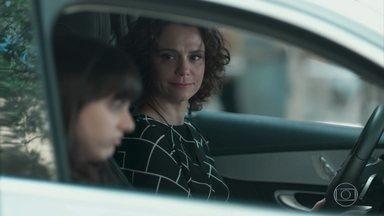 Marta defende sua relação com Luís para Lica - Ela pede que a filha tenha paciência e tente entender um pouco seu lado. Lica fica na escola