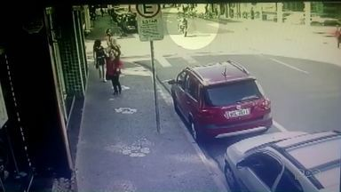 Polícia vai investigar causas do acidente que matou motociclista em Ponta Grossa - O piloto empinava a moto quando caiu e foi parar embaixo de um carro no cruzamento entre as ruas Bonifácio Vilela e Theodoro Rosas, no centro da cidade, na noite de terça-feira (07).