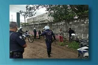 Homem é flagrado retirando postes de ferro de dentro da antiga base da Polícia Rodoviária - Ele confessou que iria vender tudo no ferro velho.