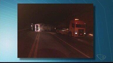 Carreta carregada com blocos de granito tomba na ES-080 - Acidente aconteceu na noite de terça-feira (7).
