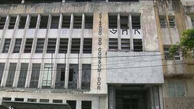 Prédio do antigo Fórum Afonso Campos está abandonado em Campina Grande - Imóvel fica no Centro da cidade, na avenida Floriano Peixoto