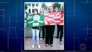 Servidores protestam sobre falta de pagamento na Praça São Salvador, em Campos, no RJ - Assista a seguir.