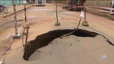 Após chuva forte abre, asfalto cede e cratera é aberta em rua de Vitória da Conquista - O grande buraco surgiu no trecho da Perimetral, que recebeu asfalto recentemente.