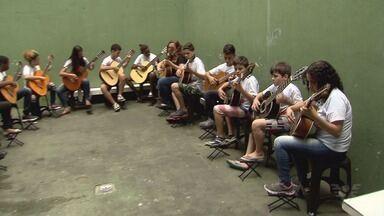 Projeto social Esculpir ensina música para crianças e adolescentes - Apresentação dos alunos será nesta quinta-feira, no Teatro Coliseu