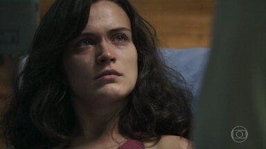 Clara pede ajuda a Renato para denunciar Gael - Após perder a cabeça, filho de Sophia leva a esposa para o hospital