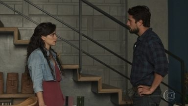 Renato alerta Clara sobre a família de Gael, que agride a esposa - Estela conta a Gael que Renato gosta de Clara, e o rapaz fica transtornado
