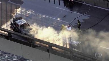 Protesto com carro incendiado fecha Ponte Rio-Niterói no sentido Rio - A interdição, por mais de 15 minutos, provocou um longo congestionamento.