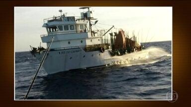 Marinha procura cinco vítimas de naufrágio no Rio - O barco pesqueiro naufragou em Angra dos Reis. A busca aos desaparecidos varou a madrugada desta sexta-feira (10).