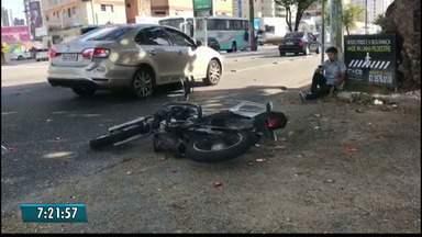 Motociclista é trancado por taxista e bate em outro carro em João Pessoa - Acidente aconteceu no começo desta manhã.