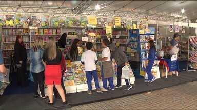 Feira Municipal do Livro em São José dos Pinhais vai até sábado (11) - A entrada é de graça e além de expor livros também tem programações culturais, como teatro e música.