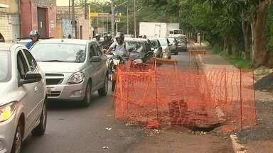 Obras deixam trânsito lento na Via Norte em Ribeirão Preto, SP - Motoristas devem adotar rotas alternativas para evitar os congestionamentos.