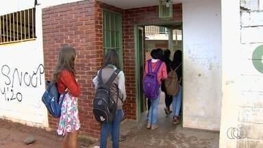 Pais reclamam que filhos não têm aulas todos os dias em colégio de Goiânia - Problema ocorre na Escola Municipal Professora Nara do Carmo. O motivo da falta de aulas seria a falta de professores.