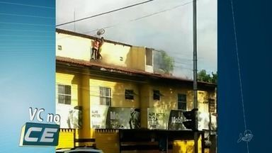 Casal fica cercado por chamas em incêndio em Fortaleza e foge pelo telhado - Confira mais notícias em G1.Globo.com/CE