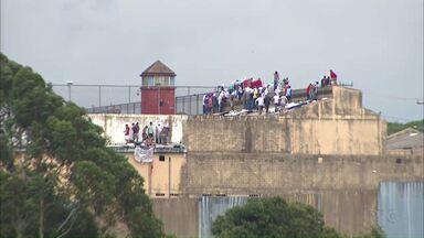 Rebelião na Penitenciária de Cascavel já passa de 20 horas - Departamento Penitenciário confirmou que dois detentos foram mortos no motim. Polícia negocia fim da rebelião