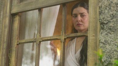 Delfina vê José Augusto deixar a Quinta e se preocupa - Ela questiona Tereza, que diz não saber pra onde ele foi