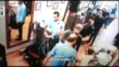 Câmeras de segurança flagram homem ser baleado durante assalto a barbearia, em BH - As imagens mostram quando dois homens chegam ao local e começam a pegar objetos. Um funcionário do local reagiu e foi baleado durante a fuga dos criminosos.